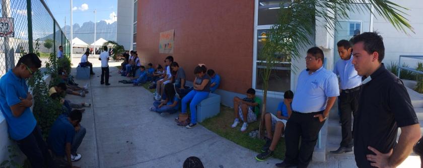 Grupo de Jóvenes escuchando a los seminaristas